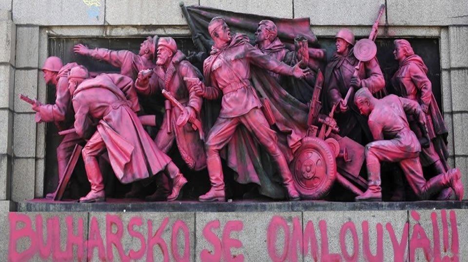 В Софие хулиганы покрасили памятник советской армии в розовый