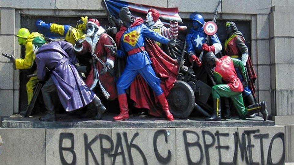 Советские солдаты на памятнике разрисованы в героев американских комиксов.