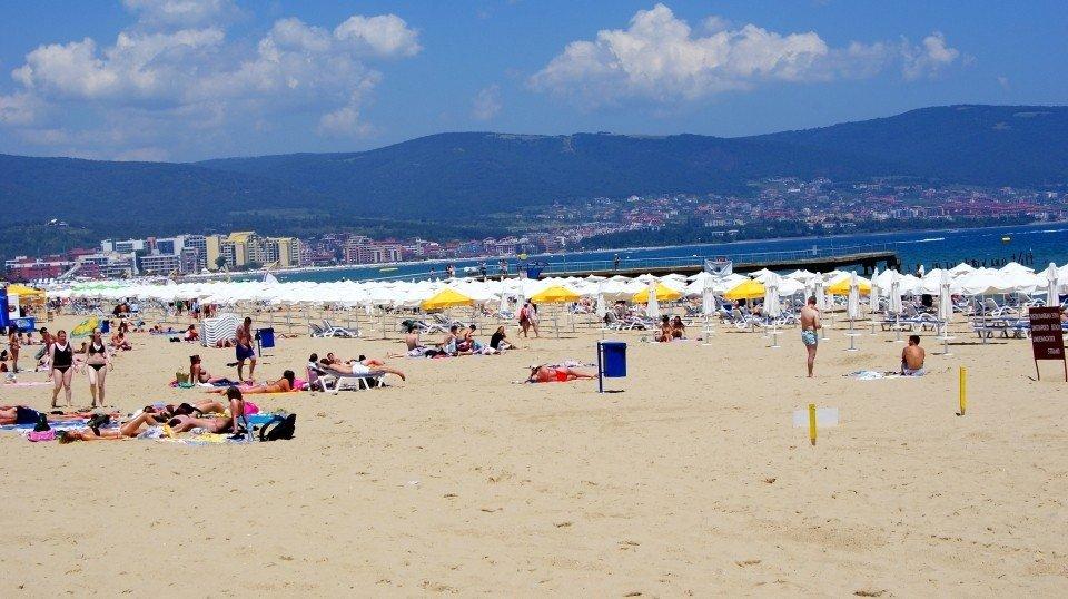 На Солнечном берегу могут появиться бесплатные зонтики и шезлонги