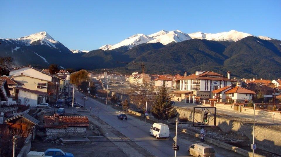 Теплая погода на горнолыжном курорте Банско в Болгарии.