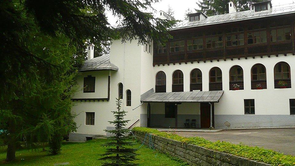 Царска Бистрица - это охотничий дворец болгарских царей недалекоо от горнолыжного курорта Боровец (раньше курорт назывался Чамкория).
